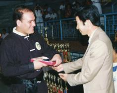 El mastro recibiendo un reconocimiento por la embajada china